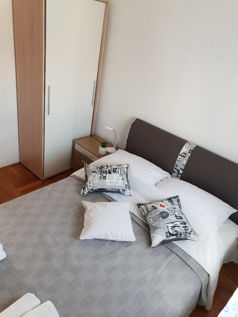 Novi apartman prvi red do mora kod Šibenika 80m2