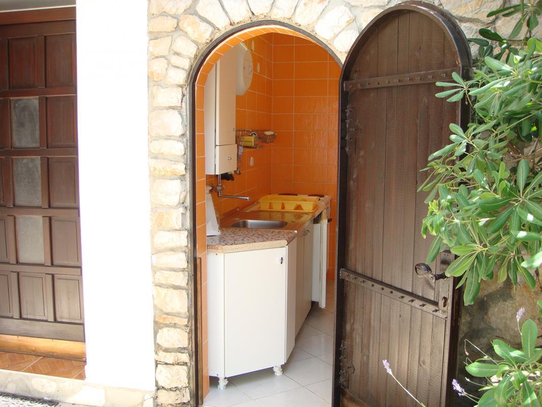 Tisno, apartman, 2+2, ODVOJEN, sa dalmatinskim dvorom i garažom