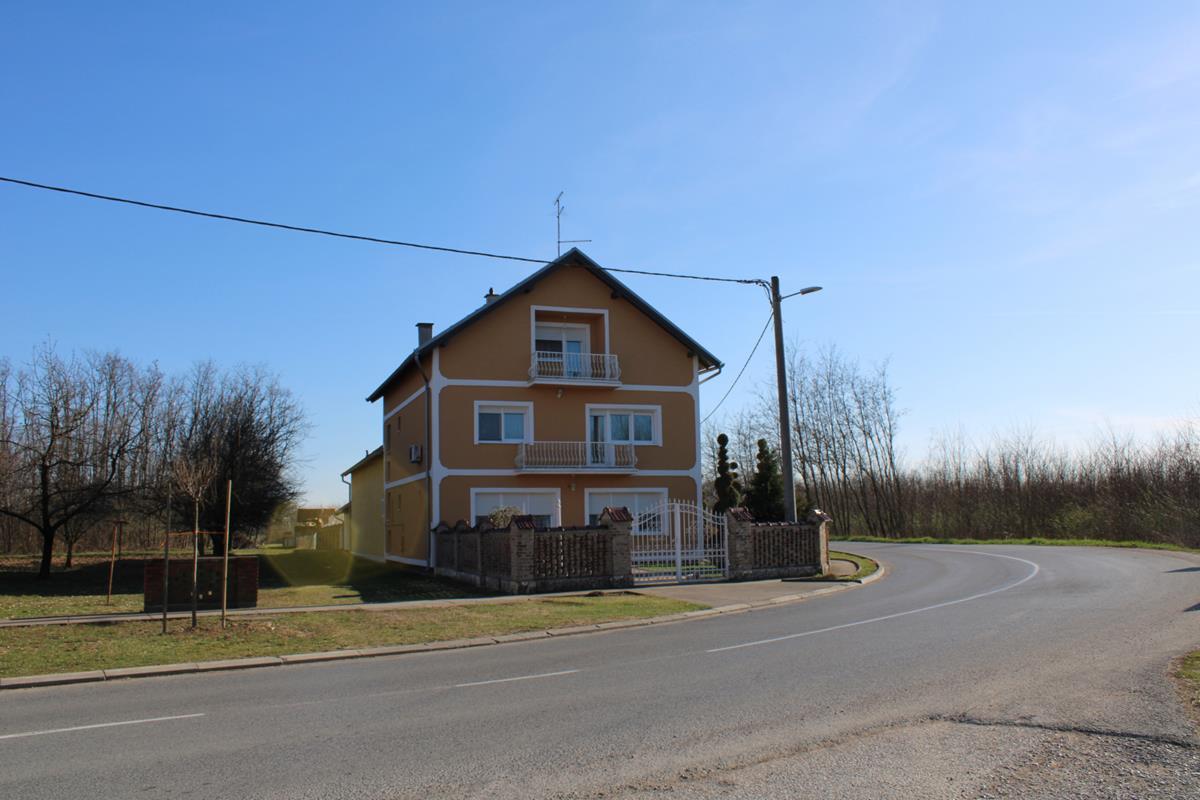 Kuća za odmor MIKASA okružena zelenilom, u mirnom slavonskom mjestu